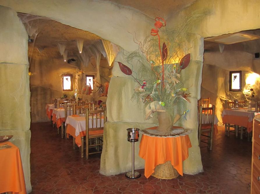 Inside Restaurante La Caverna