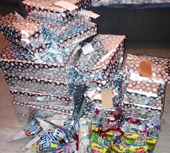 The Condado food bank volunteers help families enjoy a Felize Navidad